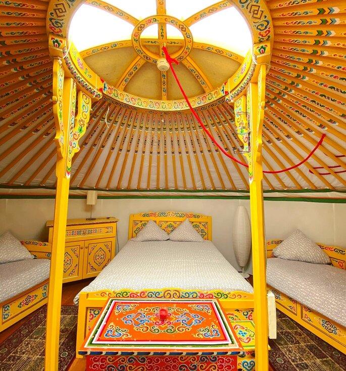 Yourte jaune où les futurs mariés ou leurs invités peuvent dormir au Nomade Lodge