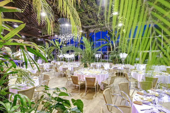 Tables dressées pour un événement à La Forêt des Arts
