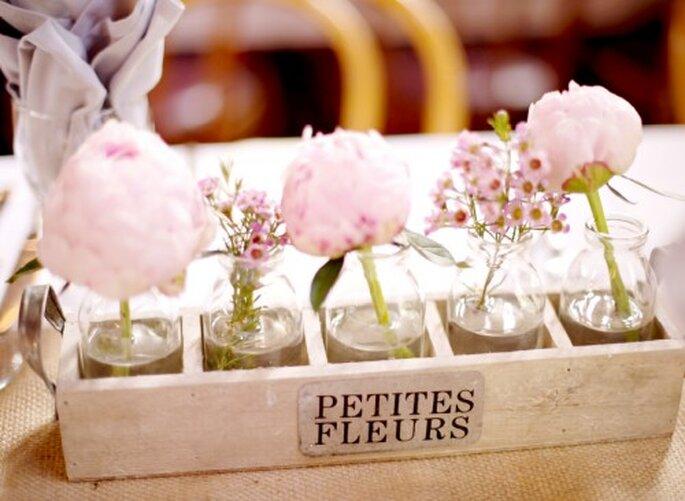 Para tus fotos de boda estilo vintage elige centros de mesa hechos con frascos y adornados con flores en solitario - Foto Jen Lynne
