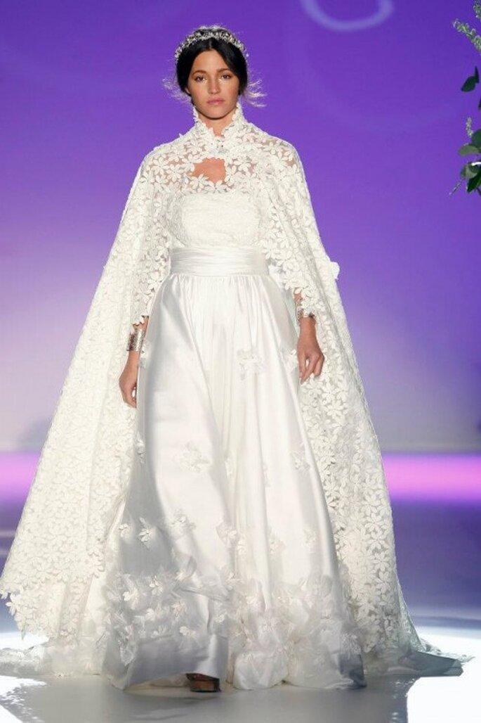 Vestido de novia 2013 largo con capa de encaje con flores bordadas - Foto Carla Ruiz Facebook