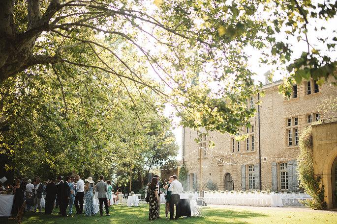 Château de Sannes - les invités qui se réunissent lors du cocktail sous les arbres