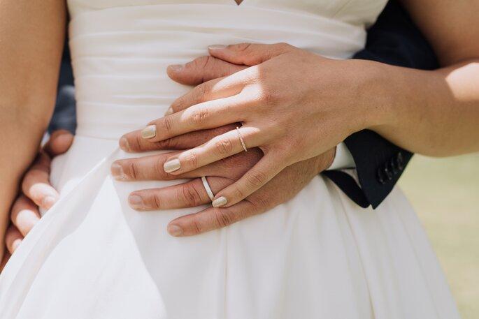 Foto en primer plano de las argollas de matrimonio