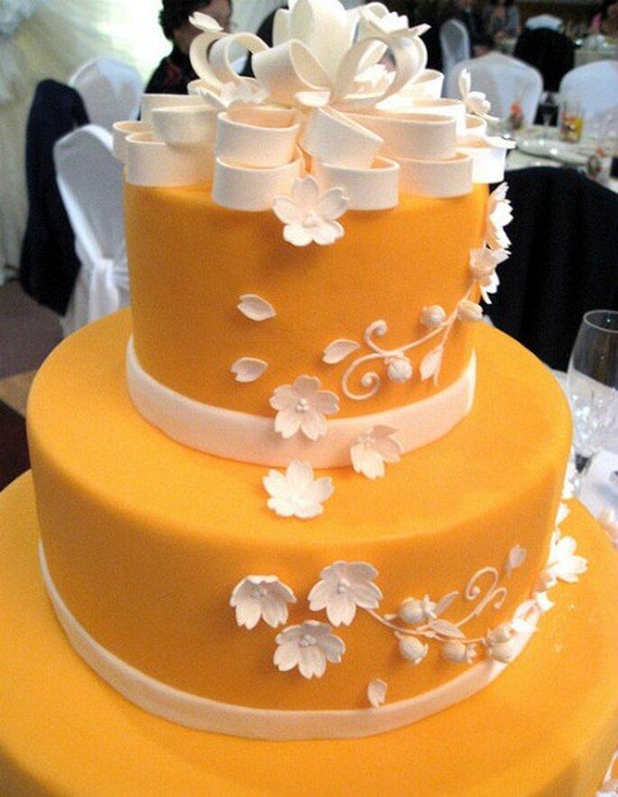 Torta de la boda en color mandarina   Foto: Flower Factor