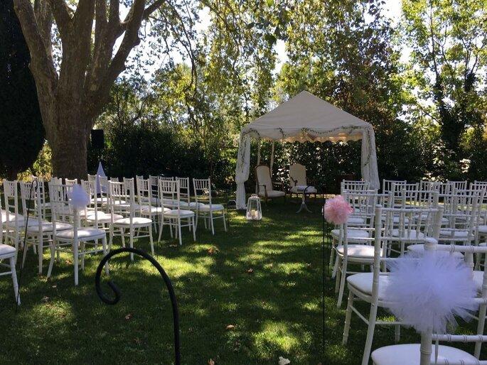 La cérémonie laïque est installée à l'ombre des arbres du parc du Domaine de Puyfond