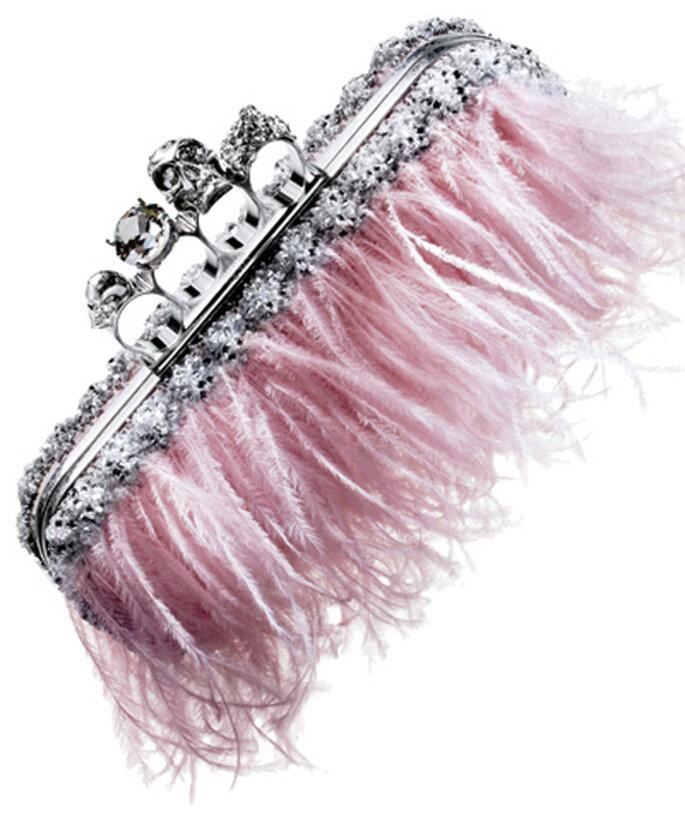 Elegantes accesorios de novia en color rosa - Foto: Alexander McQueen