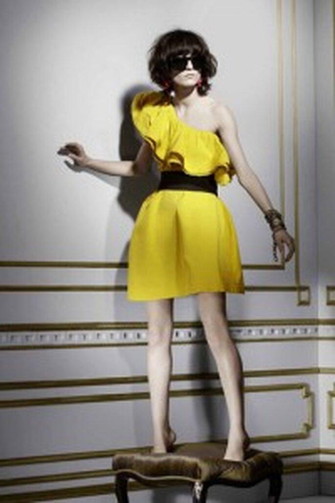 Vestido asimétrico en amarillo chillón (149 €)