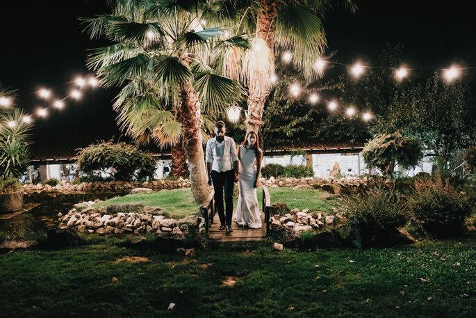 quanto custa um casamento: noivos num ambiente intimista com árvores e luzes