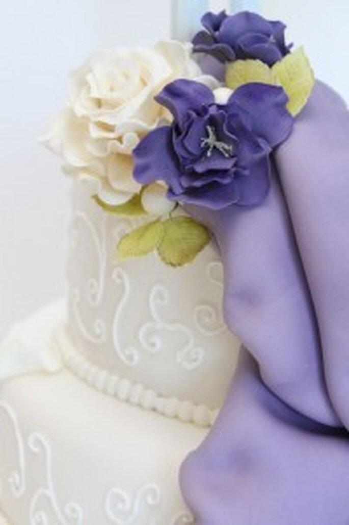 Romantische Torte mit Verschnörkelungen und Blumen