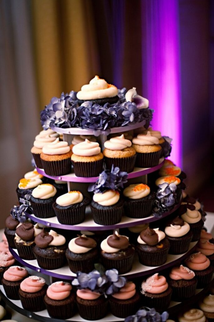 Procura que los colores y diseños de los cupcakes vayan de acuerdo con el tema de tu boda - Foto Laura Murray