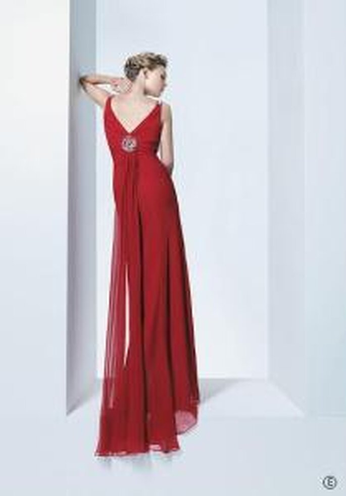 Rosa Clará, Two 2009 - Vestido rojo largo en muselina con escote en V en la espalda. Corte imperio