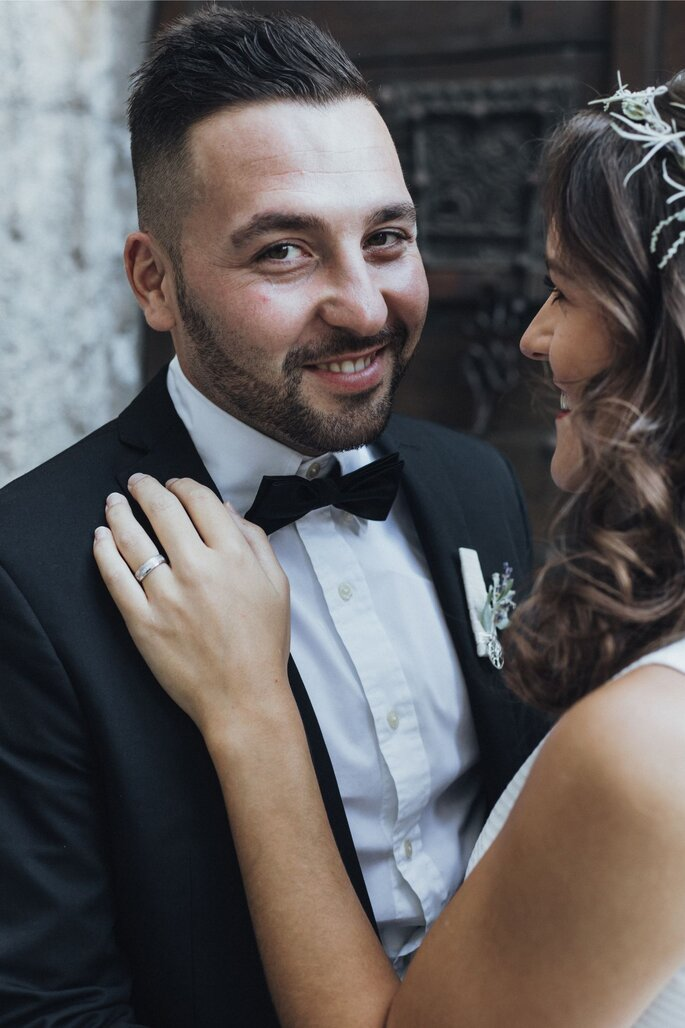 Der Bräutigam lächelt in die Kamera.