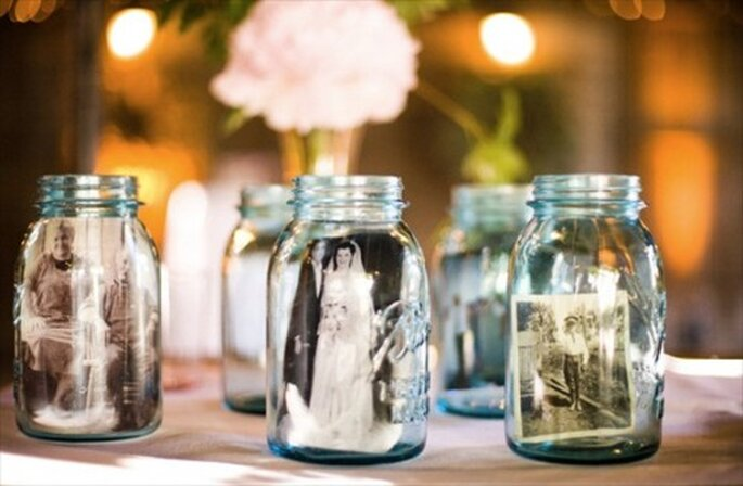 Decorazioni realizzate con foto in vasetti di vetro. Foto: Jessamyn Harris via Style Me Pretty