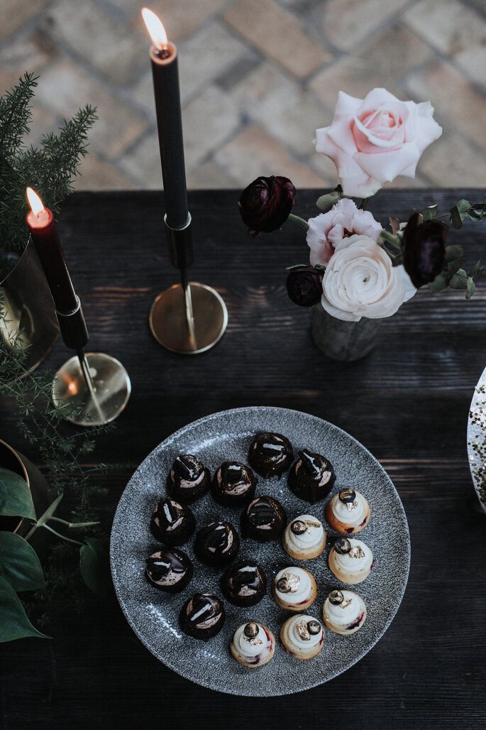 Törtchen auf dem schwarzen, dekorierten Hochzeitstisch, organisiert von Freakin' Fine Weddings.