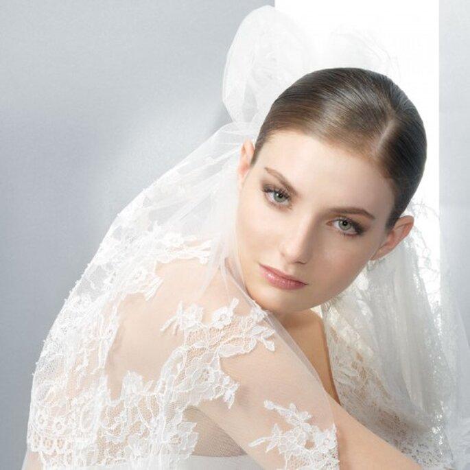Pompöse Schleier brauchen eine strenge, klare Brautfrisur – Foto: Jesus Peiro
