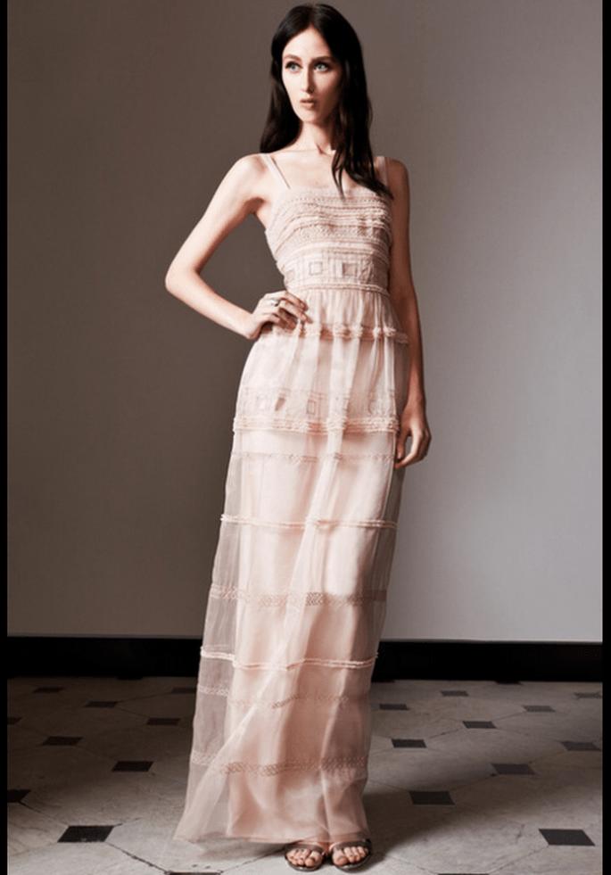 Vestido de novia pre Fall 2014 con silueta ceñida en color rosa pastel - Foto Temperley