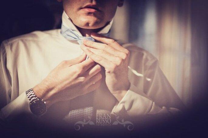 La corbata de tu novio debe estar bien acomodada. Fran Russo