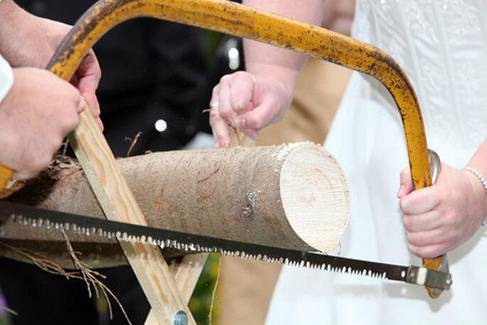 Baumstamm sägen als toller Hochzeitsbrauch - Foto: praesent4friends.com