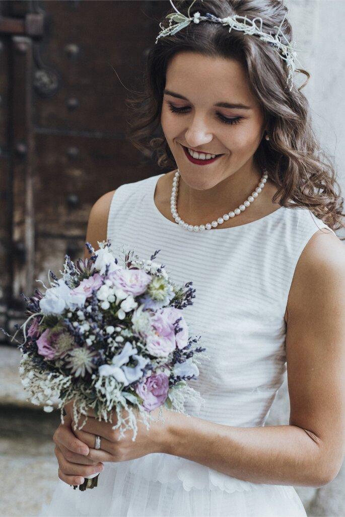 Die Braut mit einem Brautstrauß von Vera Ritler.