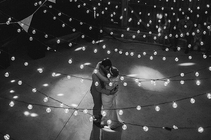 Romántica decoración con bombillos para bodas. Foto: Julian Beattie