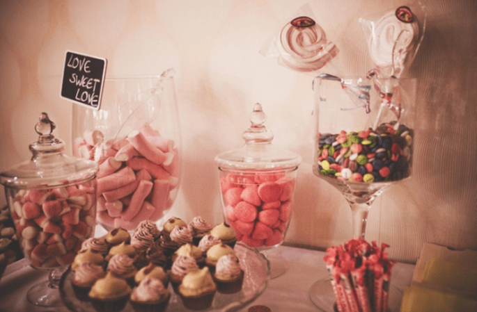Süssigkeiten-Buffet für Ihre grossen und kleinen Hochzeitsgäste. Foto: Fran attitudefotografia.com