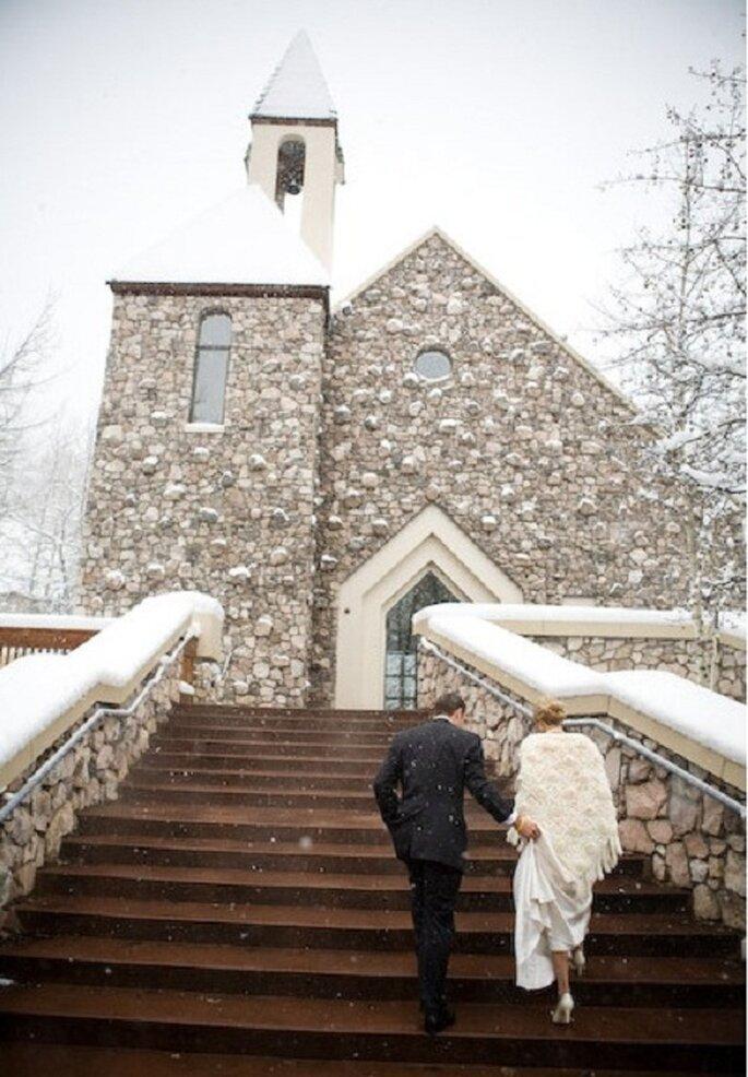 La chiesa innevata. Foto: James Christianson via stylemepretty.com