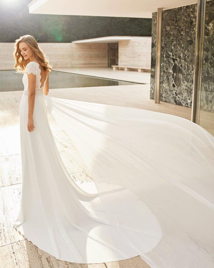 Vestido de novia estilo vintage con corte en A, mangas cortas y espalda descubierta
