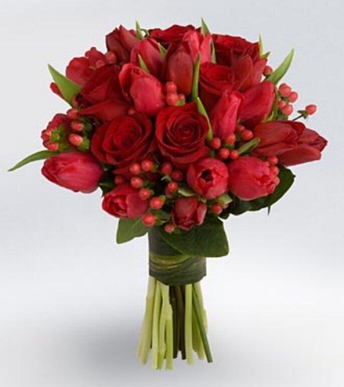 Ramo de novia con tulipanes y rosas rojas - Vera Wang