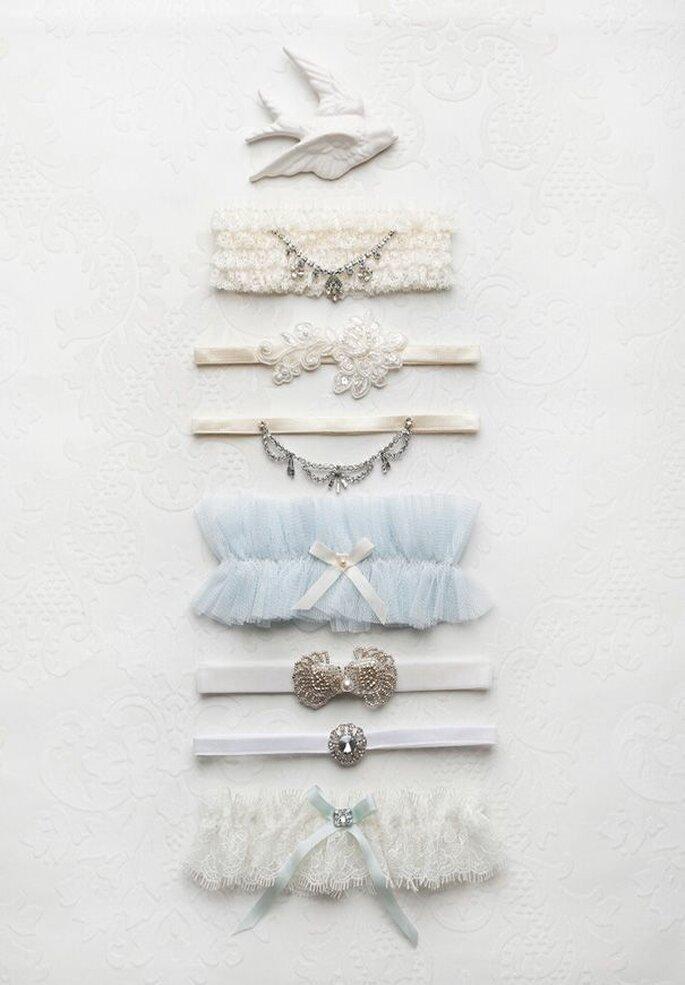 Strumpfbänder in verschiedenen Breiten und Stilen von hellblau und aus tüll bis hin zu weißen feinen Bändern mit applikationen