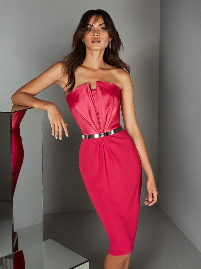 Vestido de fiesta corto en satín cereza falda tubo y escote strapless
