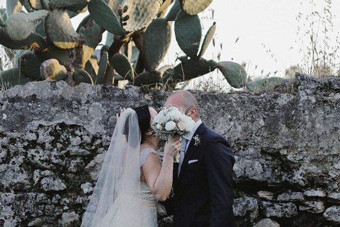 Coppia di sposi con bouquet in Puglia