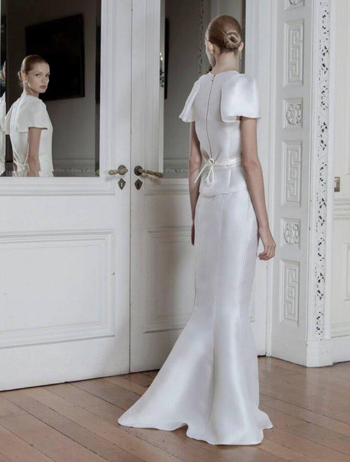 Vestido de novia 2014 con mangas cortas y lazo discreto en la espalda - Foto Sophia Kokosalaki