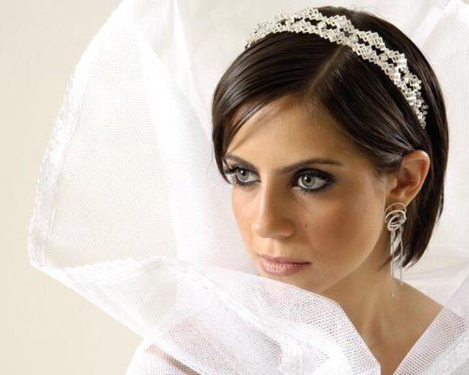 La tiara es un complemento ideal para los peinados con pelo corto