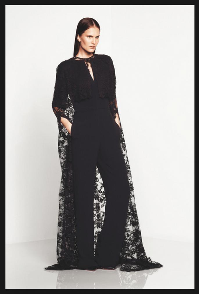 Conjunto de pantalones de fiesta y blusa en color negro con capa superpuesta confeccionada con encaje - Foto Monique Lhuillier