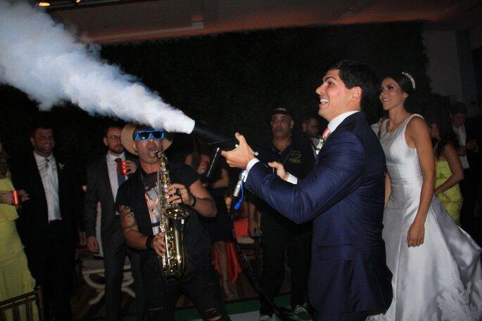 Noivo com máquina de fumaça durante a apresentação do Danny