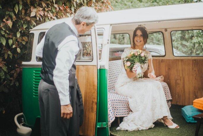 noiva chega em casamento com carro kombi