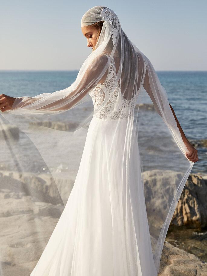 Robe de mariée simple avec un voile