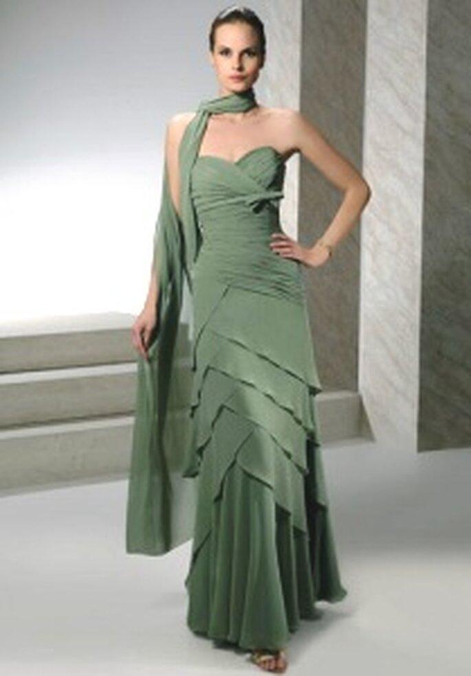 Demetrios 2009 - Robe longue en mousseline et soie à décolleté en coeur et jupe en gradins, châle assorti