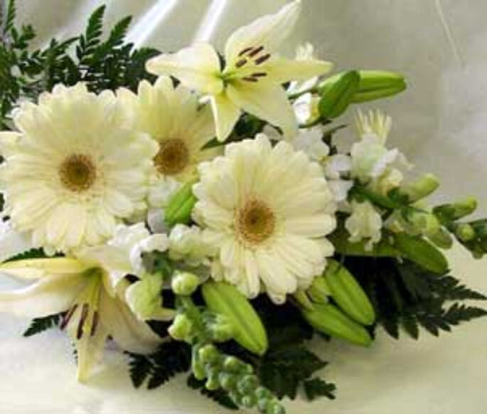 Margaritas y orquídeas con toques de verde fresco, otra alternativa para tu ramo de novia