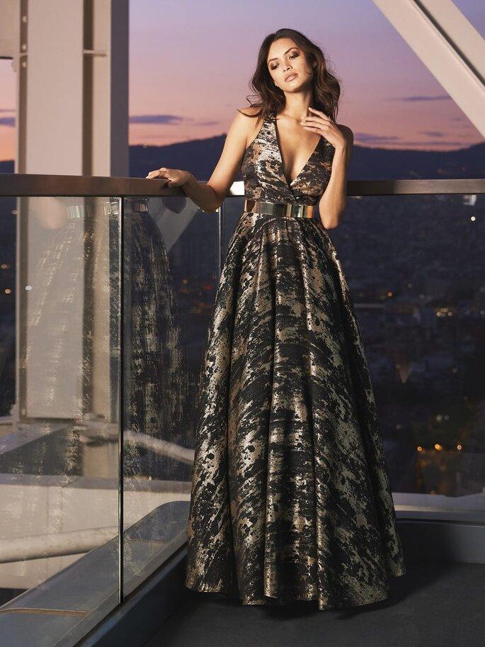 vestido de festa comprido em tons metalizados Pronovias 2021