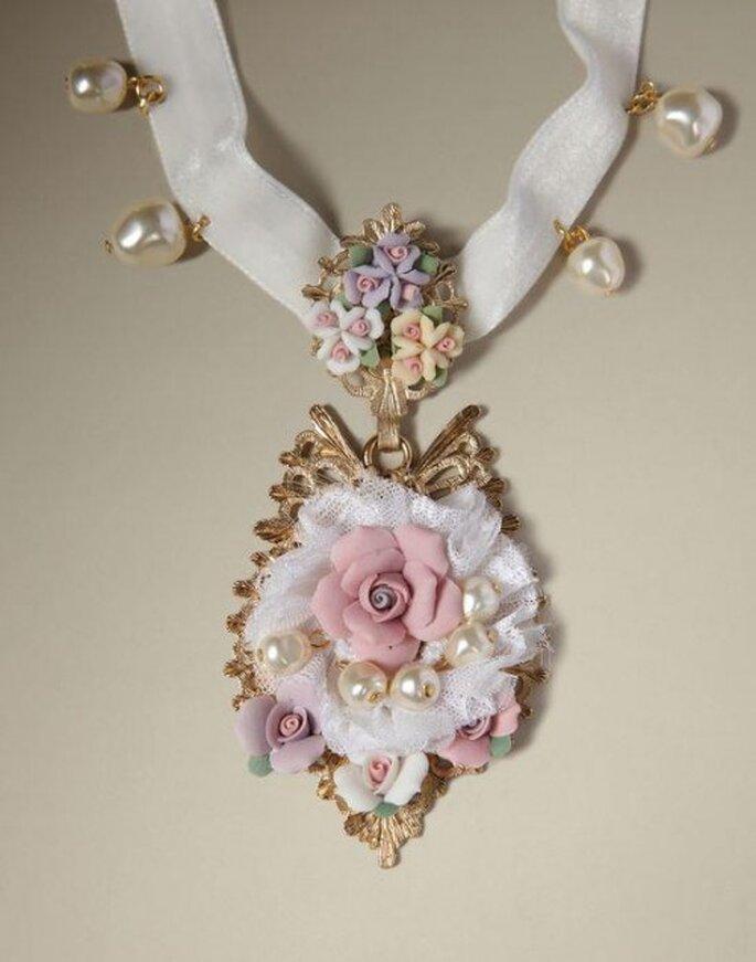 Collana con nastro, perle e fiori in rilievo. Foto: Dolce & Gabbana