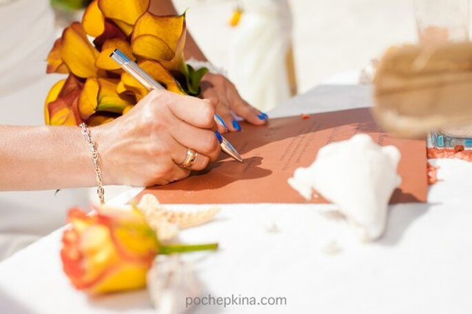 Integra detalles en color naranja en el ramo de novia - Foto Pochepkina