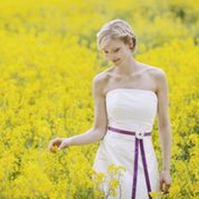 Brautkleid Linda mit besticktem Gürteol und Lila Band mit Blume