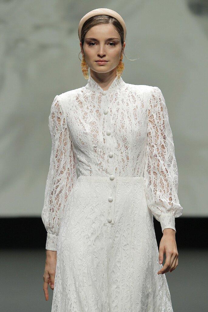 Vestido de novia vintage de encaje con cuello alto, mangas largas tipo obispo y botones por el frente
