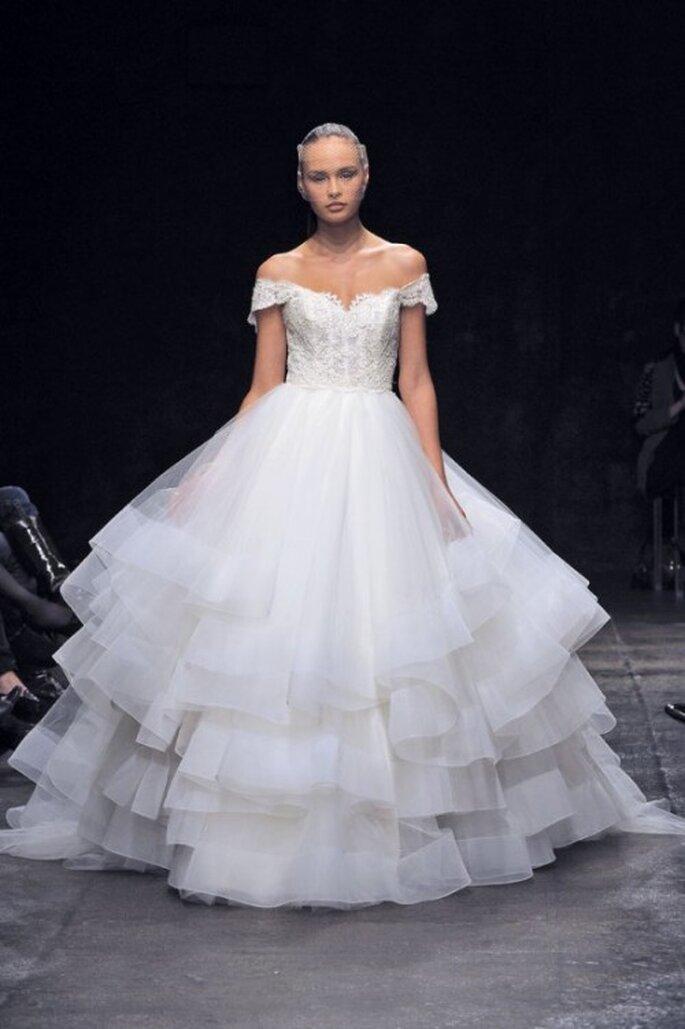Vestido de novia corte princesa en color blanco con hombros descubiertos y superposición de volúmenes en la falda - Foto Lazaro