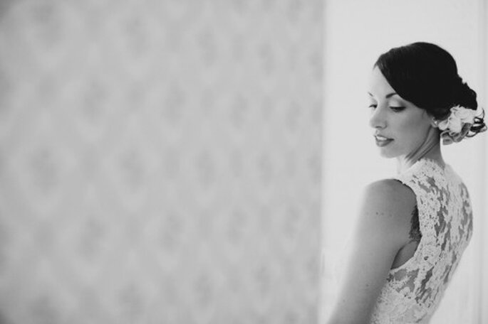 Robe de mariée à la coupe simple et avec de la dentelle pour des photos de mariage version vintage - Photo Stephanie Williams