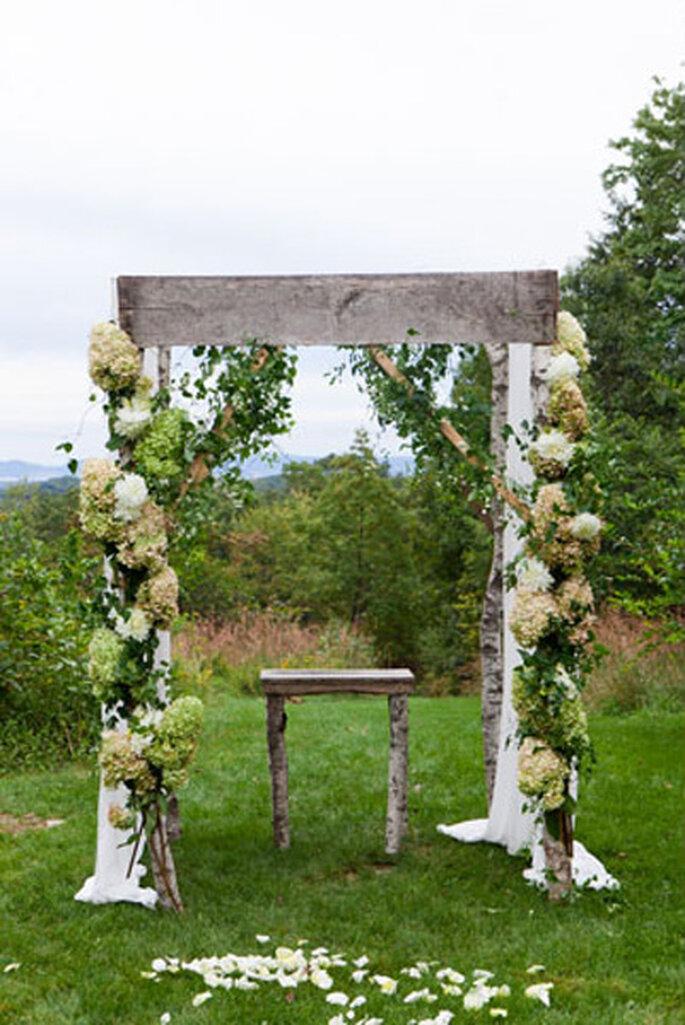 Altardekoration für die Hochzeit am Land – Foto:  Heather Waraksa