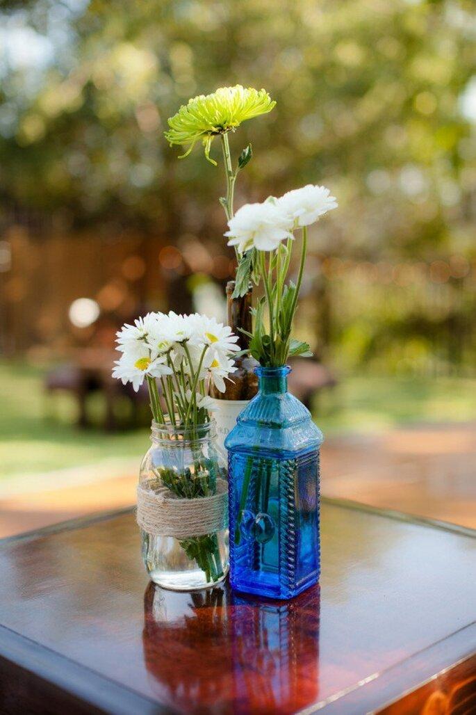 Apuesta por una decoración con botellas avejentadas en color azul - Foto The Youngrens
