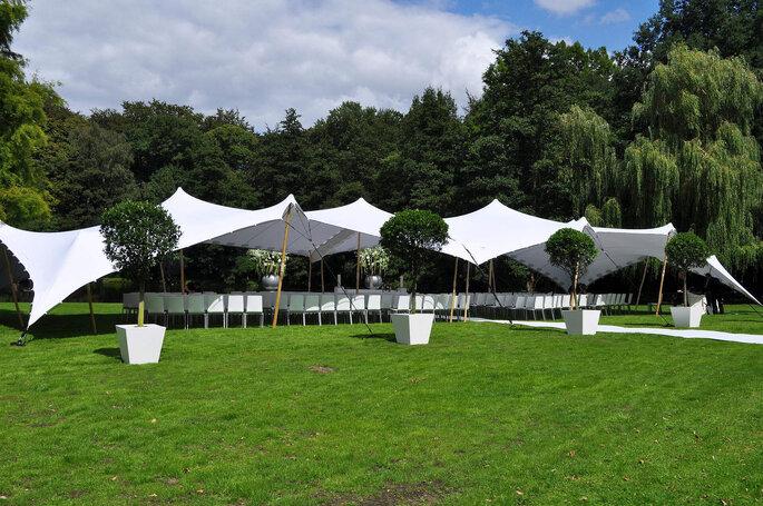 Tente Stretch installée en extérieur pour le vin d'honneur.