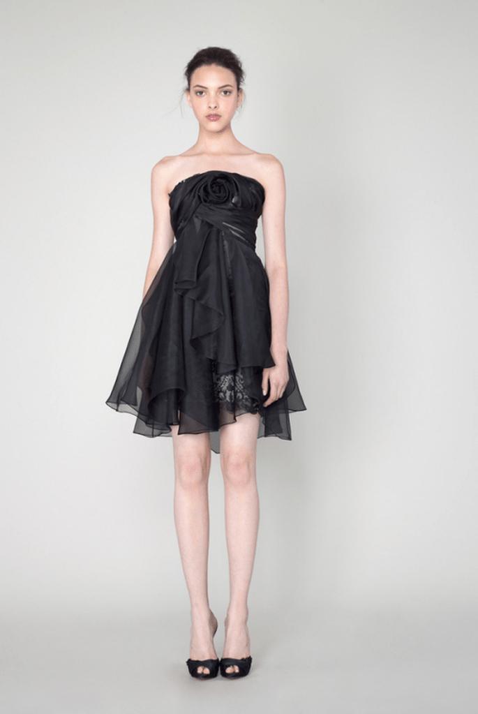 Vestido de fiesta en color negro con escote strapless y detalle de flor en relieve al frente - Foto Marchesa