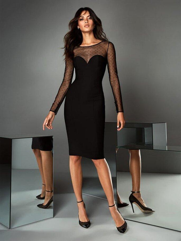 Pronovias vestidos cortos de fiesta vestido negro, ceñido, con falda lápiz por las rodillas, mangas largas y escote en gasa con lunares brillantes y espalda abotonada.